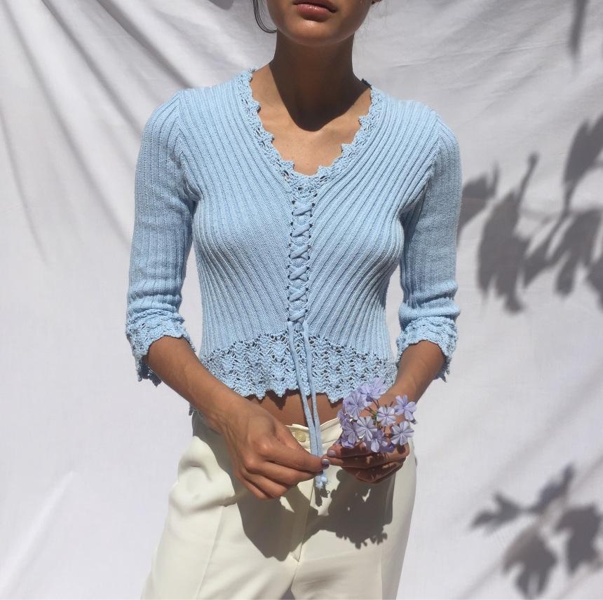 Modelo de Les Fleurs con jersey azul